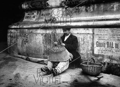 Roger-Viollet | 518521 | Mender of baskets. Paris, 1908. | © Jacques Boyer / Roger-Viollet
