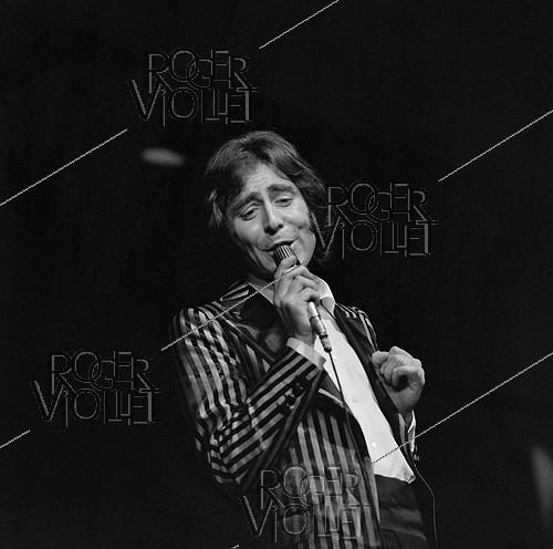 Roger-Viollet | 379355 | Michel Delpech (1946-2016), French singer, performing at the Olympia concert hall. Paris (IXth arrondissement), March 1972. | © Patrick Ullmann / Roger-Viollet