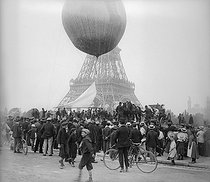 Roger-Viollet | 351077 | Military balloon at the Champ de Mars for an experiment of wireless telegraphy. Paris, September, 1904. | © Ernest Roger / Roger-Viollet