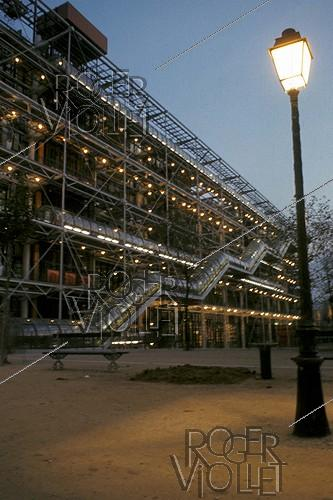 Roger-Viollet | 608579 | Night view of the Pompidou Centre. Paris (IVth arrondissement). | © Pierre Barbier / Roger-Viollet