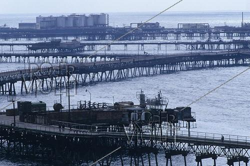 Roger-Viollet | 244302 | Oil in Baku (Azerbaijan-Russia). World's first offshore system, built in 1949. 1997. | © Jean-Paul Guilloteau / Roger-Viollet