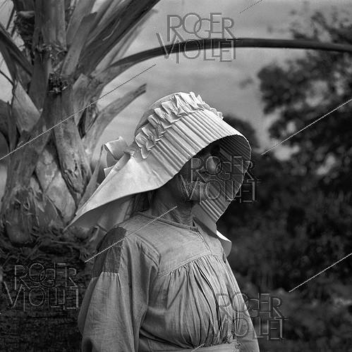Roger-Viollet | 468206 | Old woman. Island of Saint-Barthelemy (French West Indies). 1959. Photograph by Hélène Roger-Viollet (1901-1985) and Jean Fischer (1904-1985). | © Hélène Roger-Viollet & Jean Fischer / Roger-Viollet