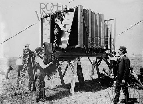 Roger-Viollet | 731531 | One of the biggest photographs in the World. Shooting with a giant darkroom created by the engineer Lawrence (634 kg). Installation of the body for the plate. | © Jacques Boyer / Roger-Viollet
