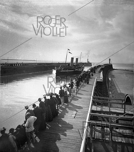 Roger-Viollet | 228086 | Paddle steamer entering the port. Boulogne-sur-Mer (France). 1895-1896. Detail from a stereoscopic view. | © Léon & Lévy / Roger-Viollet