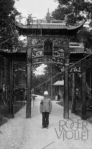 Roger-Viollet | 833388 | Paris, colonial exhitition of 1907. Chinese door. | © Neurdein / Roger-Viollet