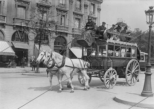 Roger-Viollet | 992976 | Parisian horse-drawn omnibus of the line Plaisance-Hôtel de Ville, still into service. | © Jacques Boyer / Roger-Viollet