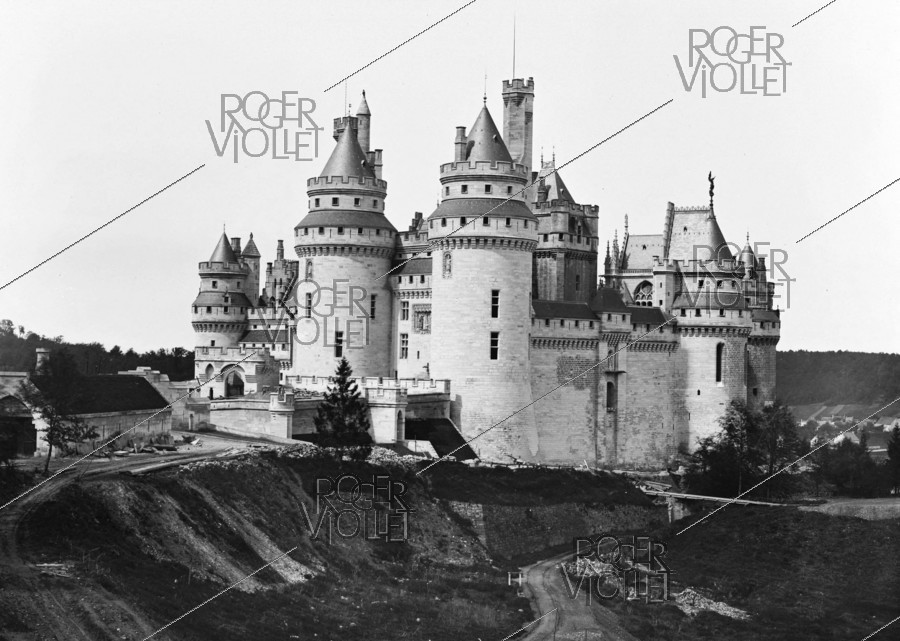 Roger-Viollet | 759436 | Pierrefonds (Oise). The castle restored by Eugène Viollet-le-Duc, side south-east. About 1880. | © Léon & Lévy / Roger-Viollet