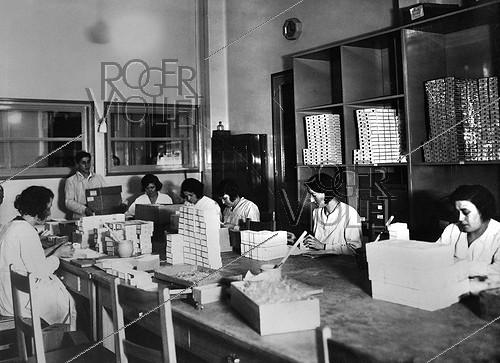 Roger-Viollet | 1087738 | Preparation of the antituberculous BCG vaccine. Room from where the BCG vaccine phials are sent. Paris, Pasteur Institute, 1948. | © Jacques Boyer / Roger-Viollet