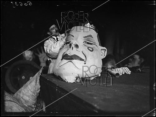 Roger-Viollet | 1312787 | Preparations of the floats for the mid-Lent festivities. Paris, Monday 20 March 1922. Photograph from the French newspaper  Excelsior . | © Excelsior - L'Equipe / Roger-Viollet