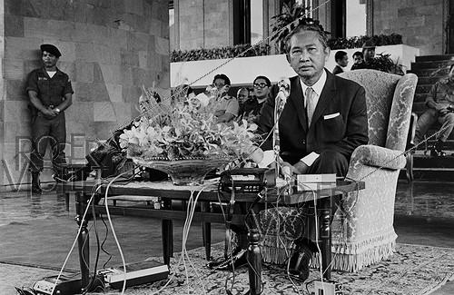 Roger-Viollet | 314625 | Press conference of General Lon Nol (1913-1985), President of the Khmer republic a few days before his escape to Hawai. Cambodia, 1975. | © Françoise Demulder / Roger-Viollet