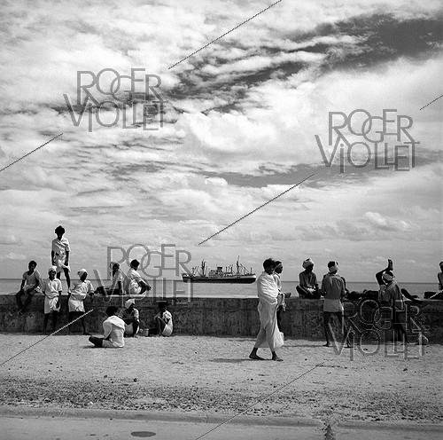 Roger-Viollet | 1078131 | Quays near the harbour of Pondicherry (India), 1961. Photograph by Hélène Roger-Viollet (1901-1985). | © Hélène Roger-Viollet / Roger-Viollet