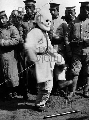 Roger-Viollet | 574226 | Ritual dance. China, around 1925. | © Roger-Viollet / Roger-Viollet