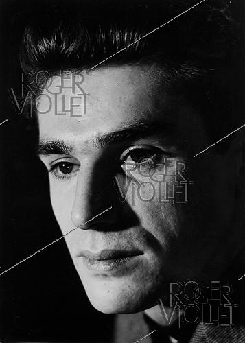 Roger-Viollet | 204666 | Robert Hossein (born in 1927), French actor and director. France, 1950. Photograph by Janine Niepce (1921-2007). | © Janine Niepce / Roger-Viollet