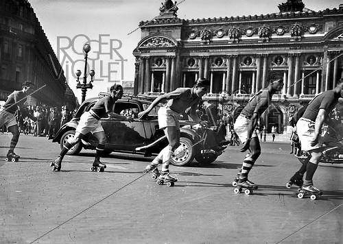 Roger-Viollet | 809226 | Roller skaters Grand Prix. The place de l'Opéra. Paris, September 1941. | © LAPI / Roger-Viollet