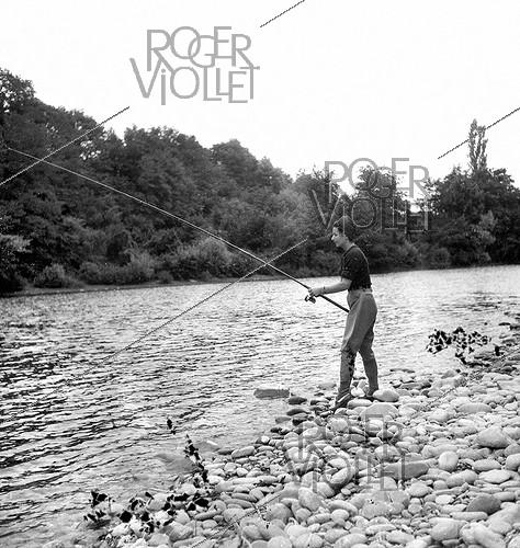 Roger-Viollet | 1091172 | Salmon fishing in a Southwest stream. | © Tony Burnand / Roger-Viollet