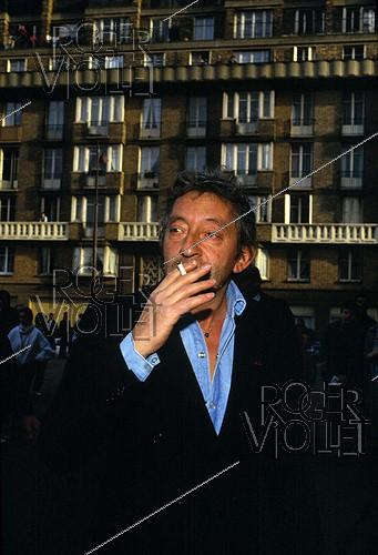 Roger-Viollet | 535725 | Serge Gainsbourg (1928-1991), French singer-songwriter. Paris, inauguration of Canal Plus, on November 4, 1984. | © Roger-Viollet / Roger-Viollet