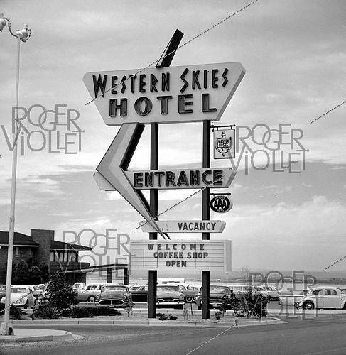 Roger-Viollet | 1053189 | Sign of the Western Skies Hotel, near Albuquerque (New-Mexico, United States), April 1964. Photograph by Hélène Roger-Viollet (1901-1985) and Jean Fischer (1904-1985). | © Hélène Roger-Viollet & Jean Fischer / Roger-Viollet