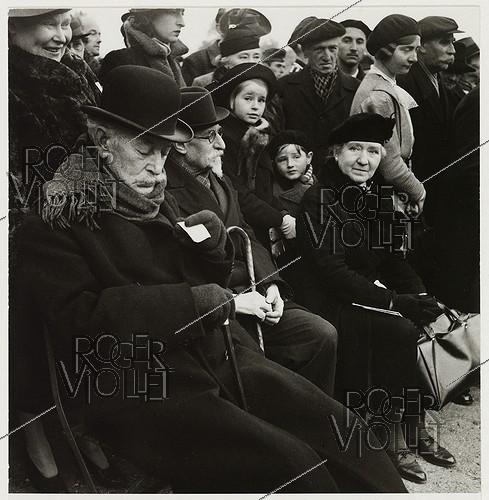 Roger-Viollet | 1019100 | Sleeping at the concert of the Wehrmacht, audience in the Tuileries garden, Paris (Ist arrondissement). 1940. Photograph by Roger Schall (1904-1995). Paris, musée Carnavalet. | © Roger Schall / Musée Carnavalet / Roger-Viollet