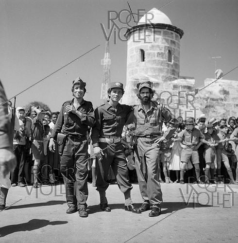Roger-Viollet | 232229 | Soldiers of Fidel Castro's inner circle, on the Cuban Independence Day. Havana (Cuba), on February 24, 1959. Photograph by Hélène Roger-Viollet (1901-1985). | © Hélène Roger-Viollet / Roger-Viollet