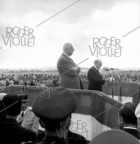 Roger-Viollet | 1062732 | Speech by the French writer Maurice Genevoix, standing beside French President General De Gaulle at the Butte de Chalmont (Aisne), upon the 50th anniversary of Foch's counter-offensive against Ludendorff. July 18, 1968. | © LAPI / Roger-Viollet