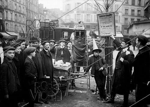 Roger-Viollet | 405836 | Street peddler using an X-ray machine to predict the future. Paris, 1909. | © Jacques Boyer / Roger-Viollet