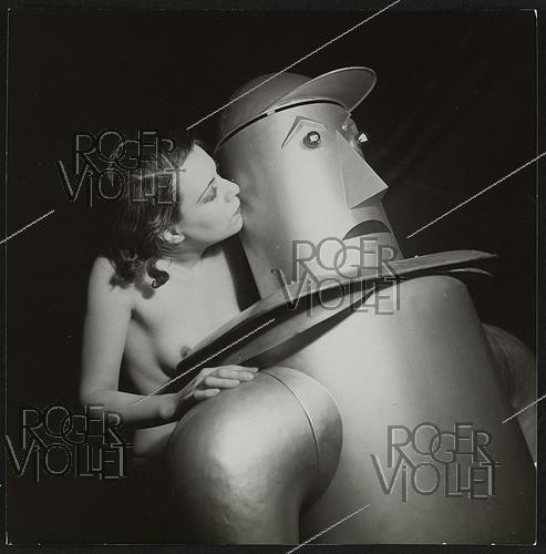 Roger-Viollet | 1372511 | Strip-tease :  le robot . France, vers 1935. | © Gaston Paris / Roger-Viollet