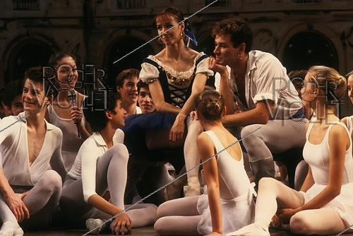 Roger-Viollet | 818043 | Sylvie Guillem and Patrick Dupond, French ballet dancers, with pupils of the Paris Opera ballet school, during the shooting of  Le Grand Echiquier  TV show. Nanterre (France), November 1987. | © Colette Masson / Roger-Viollet