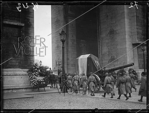 Roger-Viollet | 1295290 | The coffin of the Unknown Soldier hoisted on a Canon de 155 under the Arc de Triomphe, durnig the ceremonies of the 11th of November. Paris, Thursday 11 novembre 1920. Photograph from the French newspaper  Excelsior . | © Excelsior - L'Equipe / Roger-Viollet