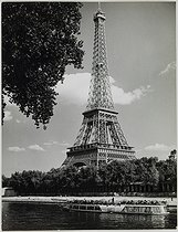Roger-Viollet | 357143 | The Eiffel Tower, view from the avenue de New-York, north and south from the pont d'Iéna. Foreground : the river Seine and river boats. Paris (XVIth arrondissement), circa 1970. Photograph by Jean Roubier (1896-1981). Bibliothèque historique de la Ville de Paris. | © Jean Roubier / BHVP / Roger-Viollet