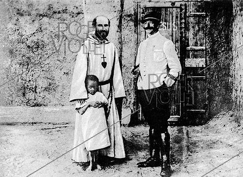 Roger-Viollet | 451104 | The Father Charles de Foucauld (1858-1916), French explorer and missionary, on the left. | © Roger-Viollet / Roger-Viollet