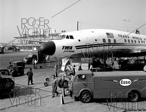 Roger-Viollet | 873065 | The first Lockheed SuperConstellation  Jetstream , from the TWA (Trans World Airlines) arriving at the Orly airport (France), 1957. | © Roger-Viollet / Roger-Viollet