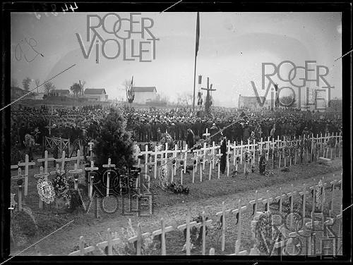 Roger-Viollet | 1293947 | The funeral of seven brothers in arms of the Unknown Soldier after a ceremony of designation among the eight coffins by Auguste Thin (1899-1982), Corporal of the 132th infantry regiment. The bodies are leaving the chapel of rest of the citadel of Verdun to be buried in the national necropolis of the Faubourg-Pavé, forming  the square of the seven unknown . Verdun (Meuse, France), Wednesday 10 November 1920, Photograph from the French newspaper  Excelsior . | © Excelsior - L'Equipe / Roger-Viollet