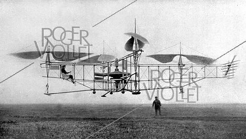 Roger-Viollet | 540644 | The helicopter of the French engineer Etienne Oehmichen in flight to the stationary point. Vicinities of Valentigney (Doubs), April 1923, 28. | © Roger-Viollet / Roger-Viollet