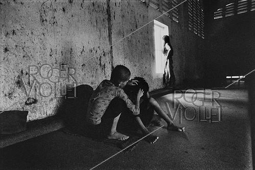 Roger-Viollet | 497529 |  The mental home . Patients confined in a mental hospital. Saigon (Vietnam), 1975. | © Françoise Demulder / Roger-Viollet