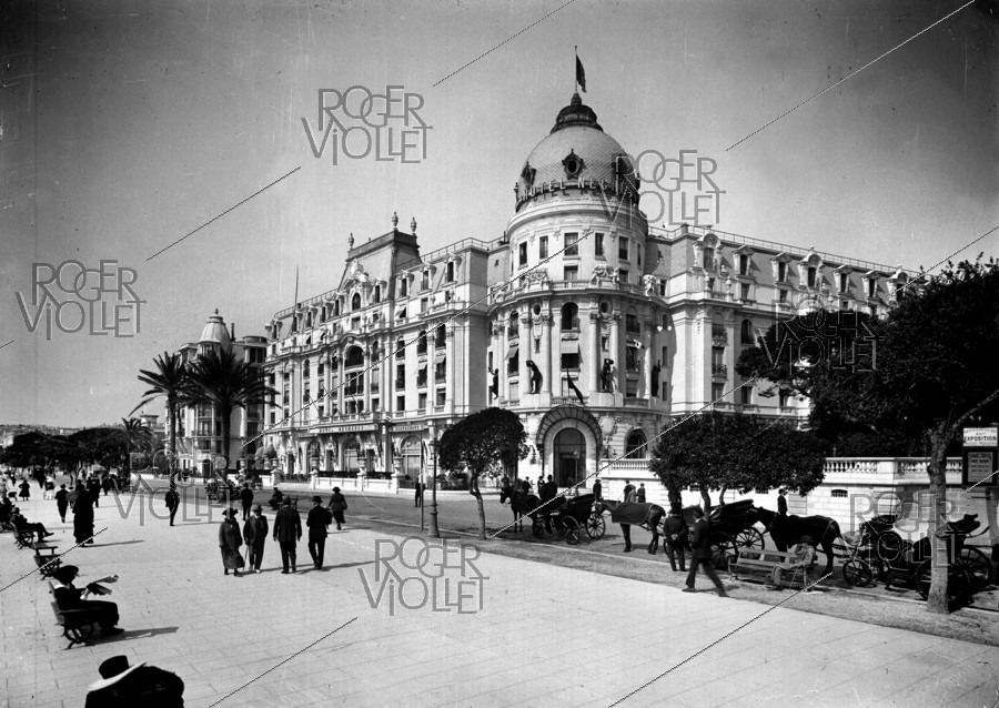 Roger-Viollet | 567089 | The Négresco Hotel and the Promenade des Anglais. Nice (France), early 20th century. | © Léon & Lévy / Roger-Viollet