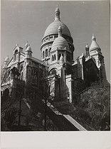 Roger-Viollet | 978567 | The Sacré-Coeur basilica. View from the left of the stairway of the rue Müller, northwestwards. Paris (XVIIIth arrondissement), circa 1945. Photograph by Jean Roubier (1896-1981). Bibliothèque historique de la Ville de Paris. | © Jean Roubier / BHVP / Roger-Viollet