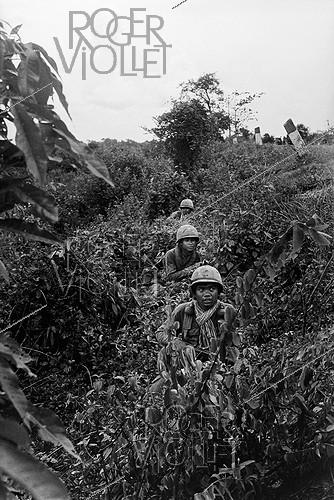 Roger-Viollet | 277845 | The troops of Lon Nol (1913-1985), Cambodian statesman and General, and ally of the United States, approaching the  Khmer Rouge . Cambodia, 1974. | © Françoise Demulder / Roger-Viollet