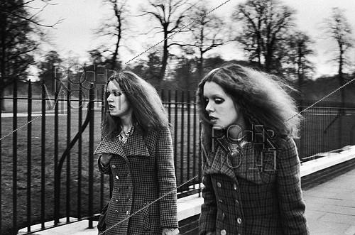 Roger-Viollet | 366989 | The Twin Sisters. London, about 1980. | © Jean-Pierre Couderc / Roger-Viollet
