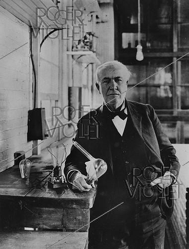 Roger-Viollet | 1081971 | Thomas Edison (1847-1931), American inventor, in 1883, with the incandescent lamps that he invented. | © Jacques Boyer / Roger-Viollet