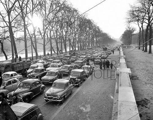 Roger-Viollet | 824488 | Traffic jam on the banks of the Seine during a transport strike. Paris, April 1, 1958. | © Roger-Viollet / Roger-Viollet