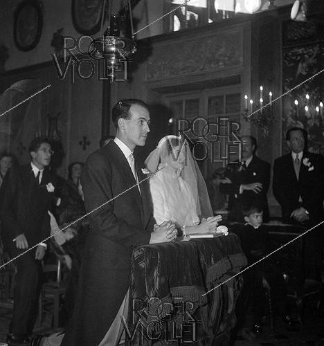 Roger-Viollet | 1013978 | Valéry Giscard d'Estaing (1926-2020) and Anne-Aymone Sauvage de Brantes (born in 1933), on their wedding day at the chapel of the Château du Fresne. Authon (France), on December 23, 1952. | © Laure Albin Guillot / Roger-Viollet
