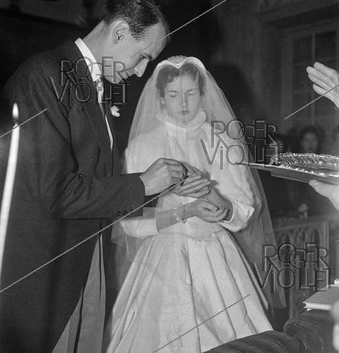 Roger-Viollet | 940478 | Valéry Giscard d'Estaing (1926-2020) and Anne-Aymone Sauvage de Brantes (born in 1933), on their wedding day at the chapel of the Château du Fresne. Authon (France), on December 23, 1952. | © Laure Albin Guillot / Roger-Viollet