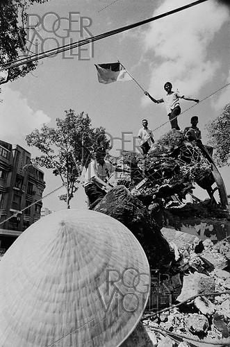Roger-Viollet | 925964 | Vietnam War (1955-1975). Statue of the Soldier, symbol of the US imperialism, knocked over by North-Vietnamese people. Saigon (Vietnam), 1975. | © Françoise Demulder / Roger-Viollet