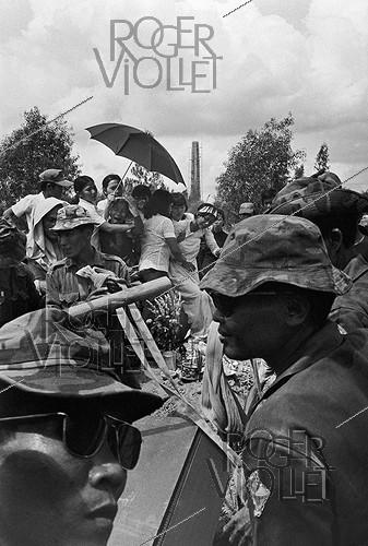 Roger-Viollet | 408196 | Vietnam War (1955-1975). Fall of Saigon. Funeral of a South Vietnamese soldier in the military cemetery. Saigon (Vietnam), 1975. | © Françoise Demulder / Roger-Viollet