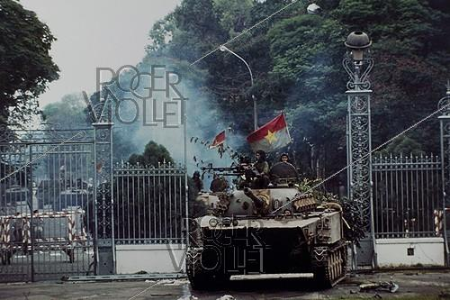 Roger-Viollet | 420043 | Vietnam War (1955-1975). Fall of Saigon. On April 30, a North Vietnamese tank entered the presidential palace. Saigon (Vietnam), 1975. | © Françoise Demulder / Roger-Viollet