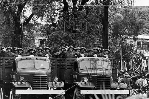 Roger-Viollet | 426738 | Vietnam War (1955-1975). Fall of Saigon. Capture of the city by the troops of Hanoi. Saigon (Vietnam), 1975. | © Françoise Demulder / Roger-Viollet