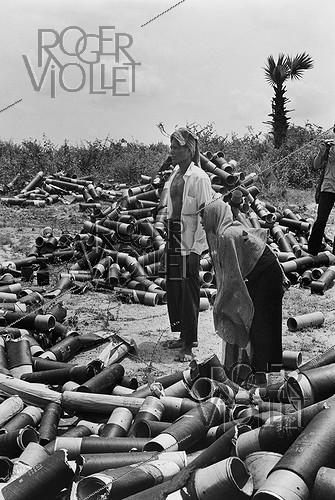 Roger-Viollet | 773767 | Villagers collecting shell casings on the Eastern front on road number 4. Cambodia, 1974. | © Françoise Demulder / Roger-Viollet