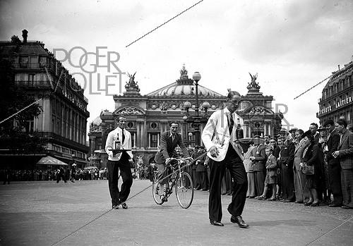 Roger-Viollet | 862607 | Waiters race. Paris, place de l'Opera, July 1941. | © LAPI / Roger-Viollet