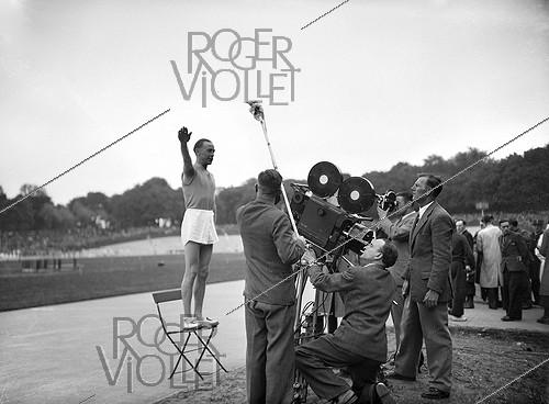 Roger-Viollet | 946652 | War 1939-1945. Oath of the athlete filmed by news. Vincennes's stage(stadium), in May, 1944. LAP-25388 | © LAPI / Roger-Viollet