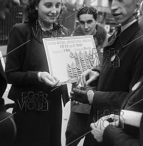 Roger-Viollet | 853503 | War 1939-1945. Occupation. The May 1st, 1941 in Paris. Young Pétain supporters sellers of badges of the marshal in the Latin Quarter. | © Pierre Jahan / Roger-Viollet